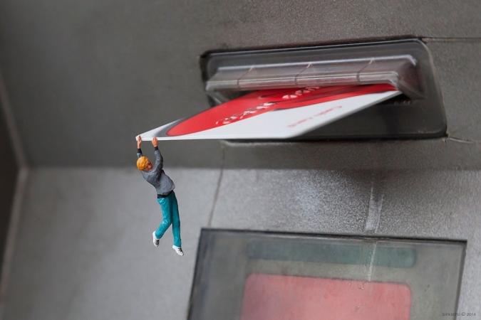 Bonhomme accroché à une carte de crédit
