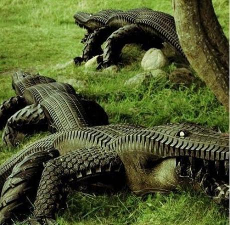Crocodile stylisé fabriqué avec des pneus