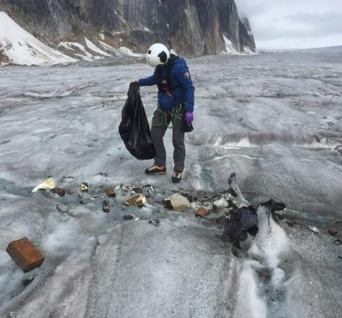 Déchets d'une saison sur un glacier