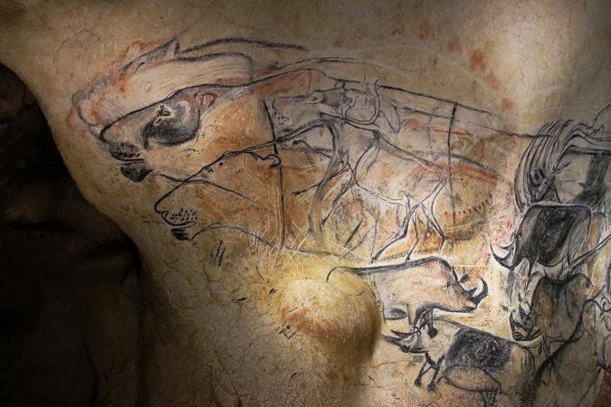 Dessins de lions des cavernes et rhinocéros au charbon de bois, ocres rouges et silex