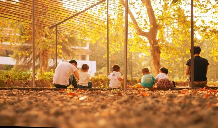 Enfants appréciant la beauté de l'automne