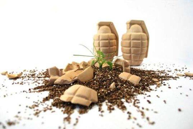 Grenades en terre cuite remplies de terre et de graines