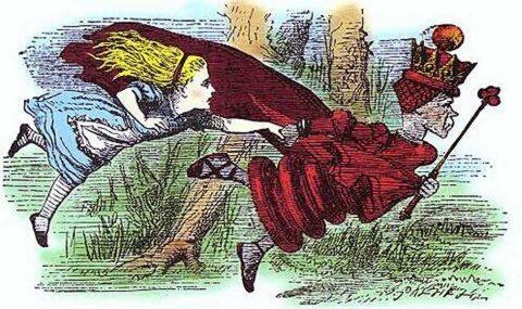 La reine rouge avec Alice au pays des merveilles courant sur place
