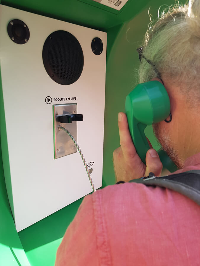 Les haut-parleurs permettent une meilleure écoute malgré le bruit ambiant