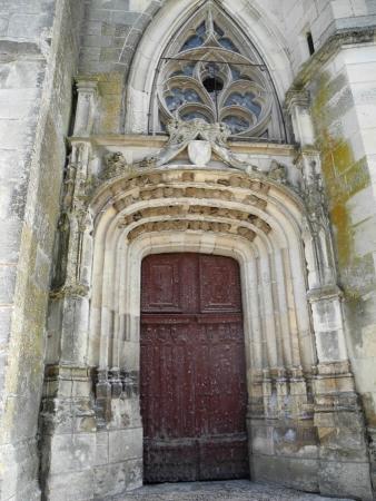 Nids d'hirondelles sur l'église de Cléry-Saint-André (Loiret)