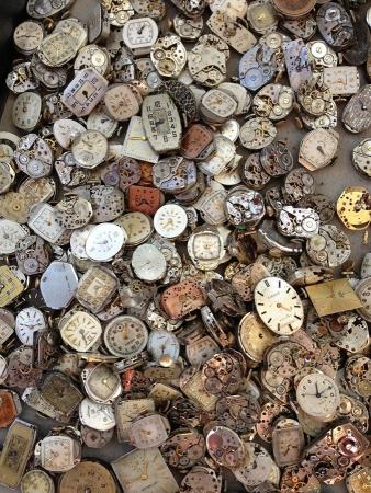 Nombreuses montres symobilisant le temps qui passe