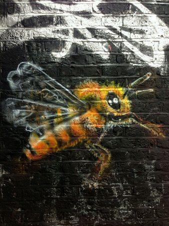 Abeille taguée sur un mur