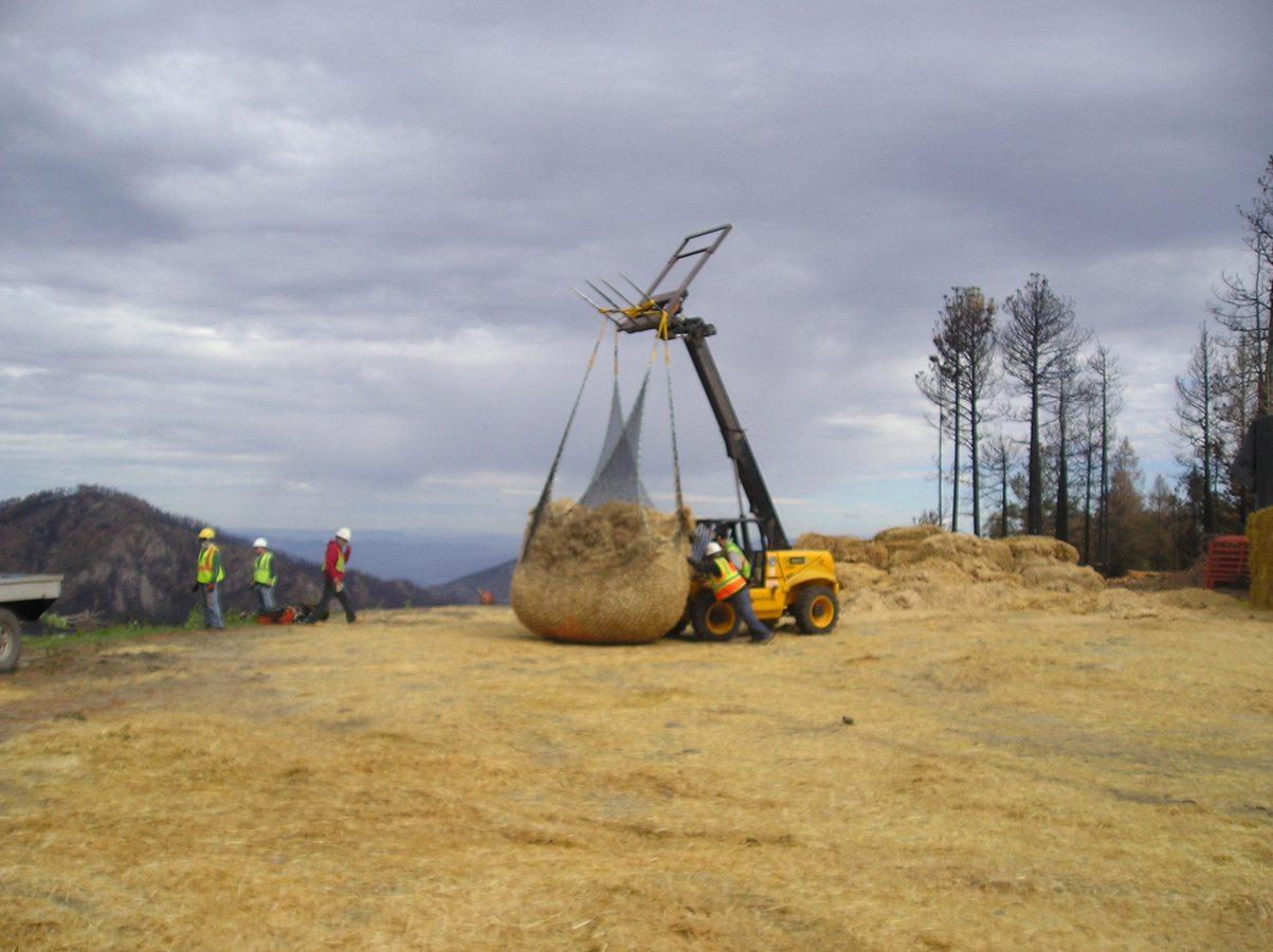 Transport de paille - Engin de chantier déplaçant une grande quantité de paille