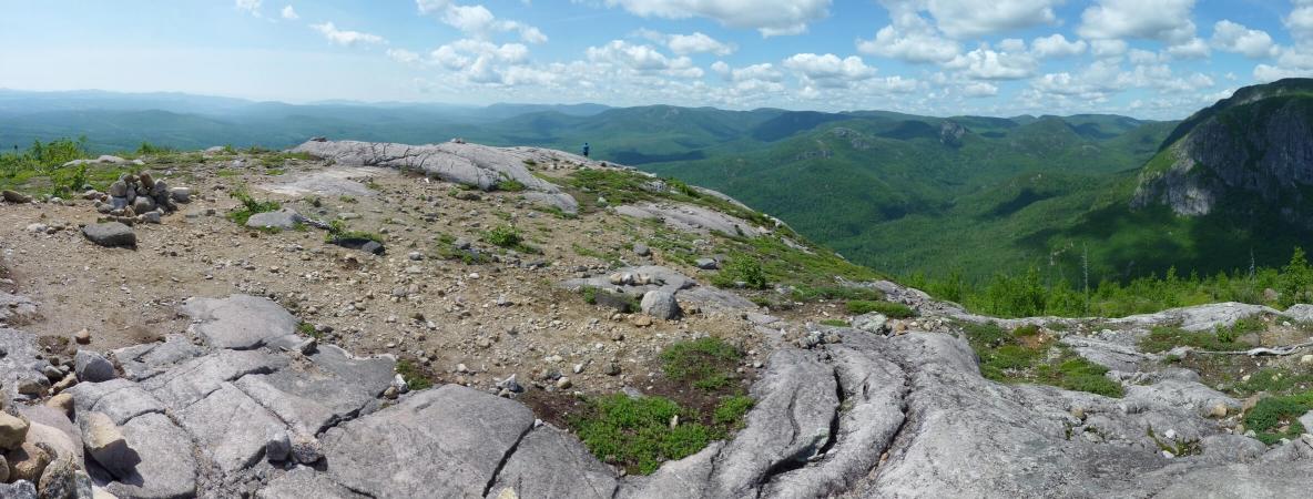 Vue depuis le sommet du sentier de la Chouenne dans le Parc national des Grands-Jardins au Québec